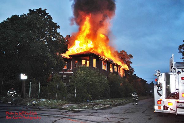 vacant building burns in Detroit