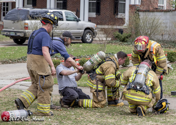 firefighters swap SCBA bottle