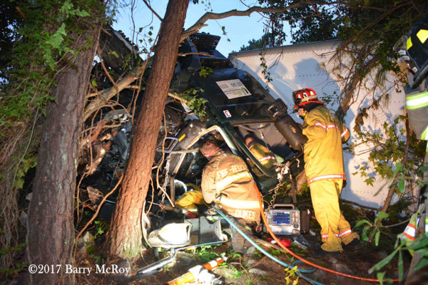 Firefighter-Paramedics free victim trapped in a truck